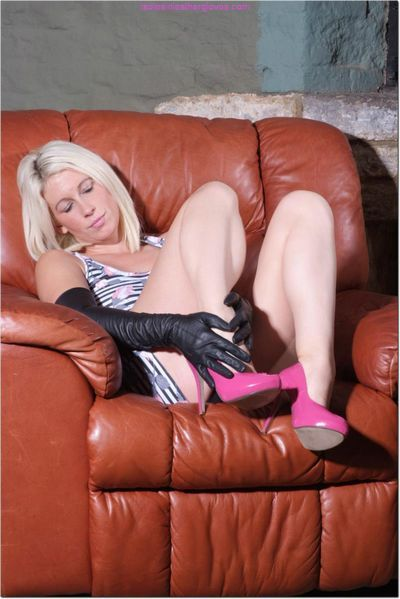 Ladies in Leather Gloves torrent